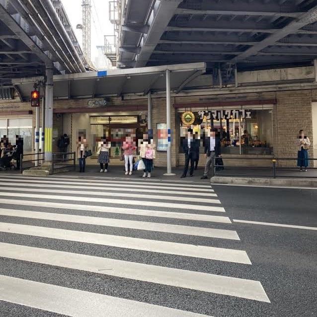 7.シーワンを出ると横断歩道があり渡ると、その先に左側にファーストキッチン、右側にサンマルクカフェがあります。