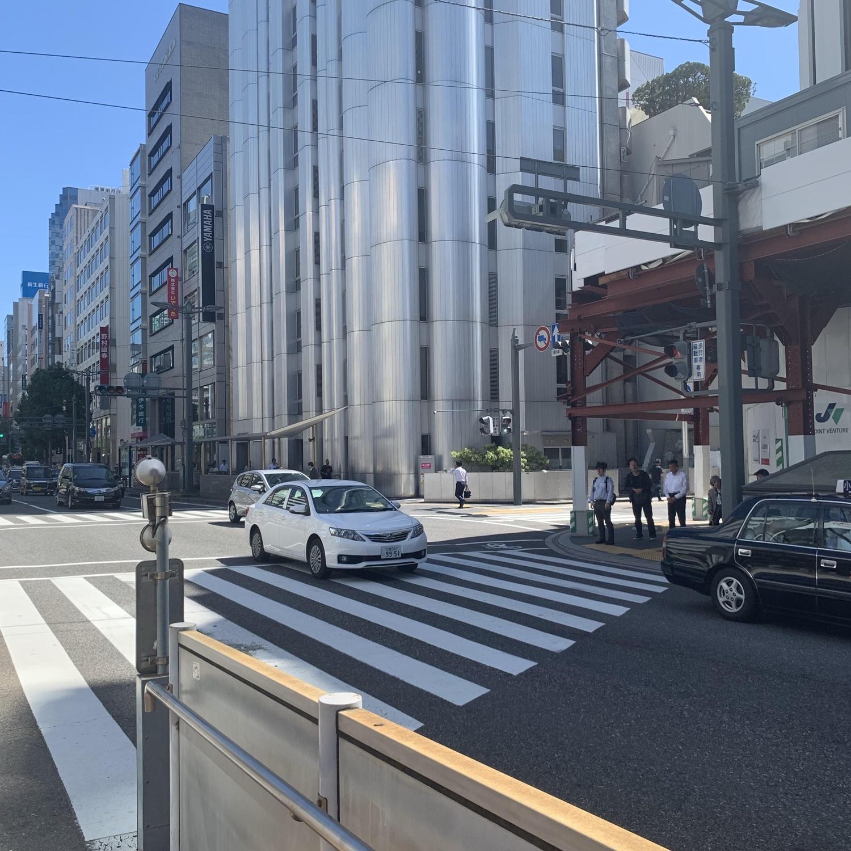 横断歩道を右に曲がります