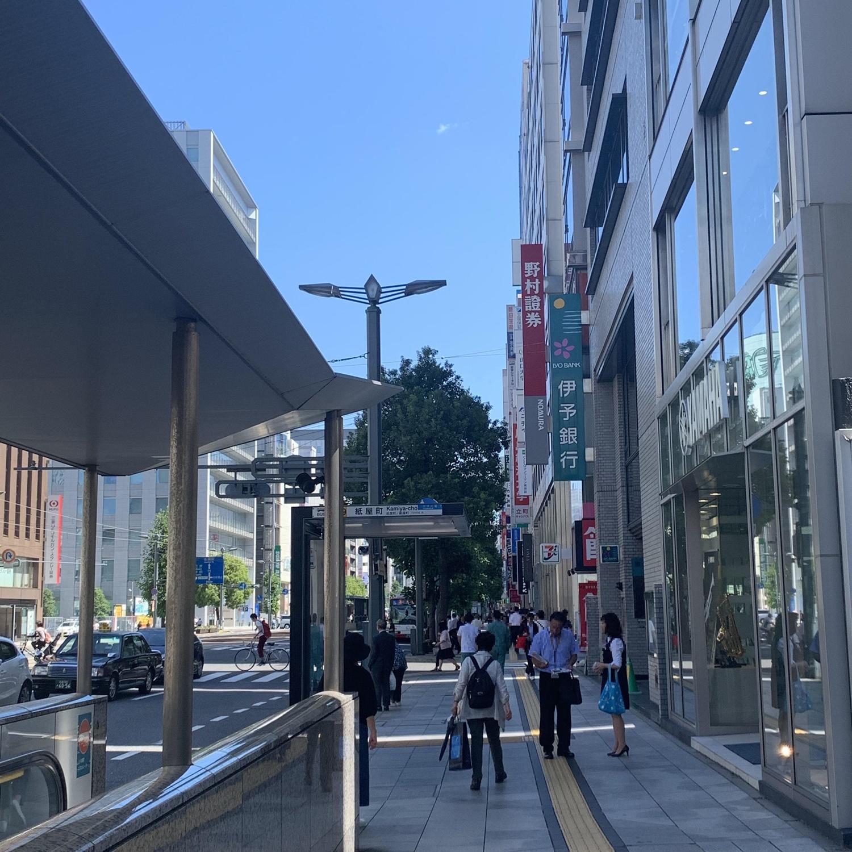 4.真っ直ぐ進んでいただくと右側に伊予銀行とセブンイレブンの看板が目印です