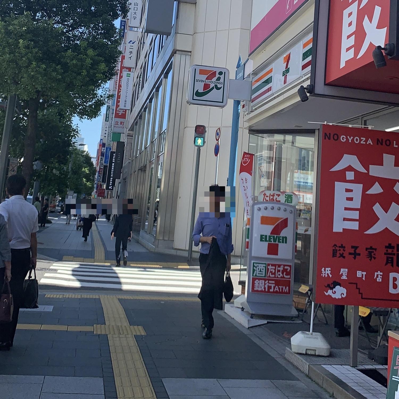 横断歩道の右側に国際通り