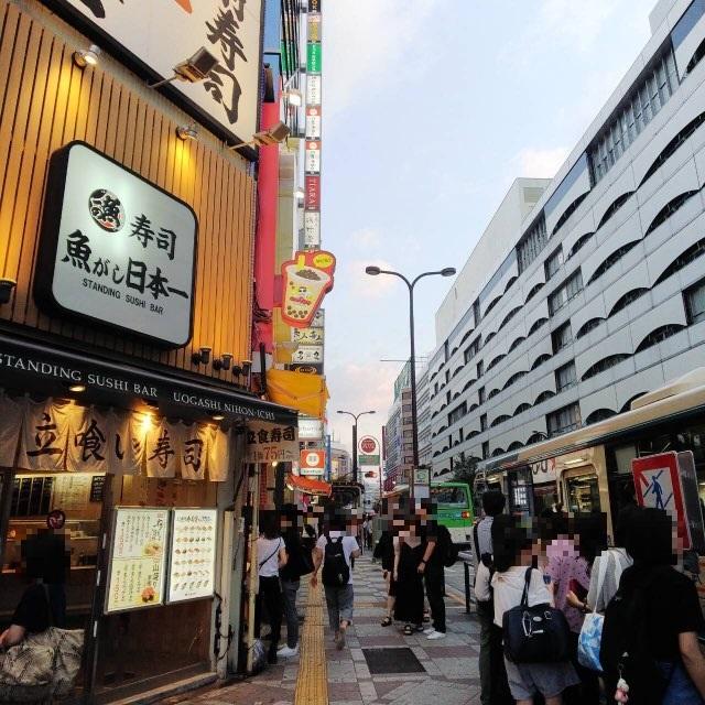 ⑦立喰い寿司『魚がし日本一』を通り過ぎ、道なりに進みます。