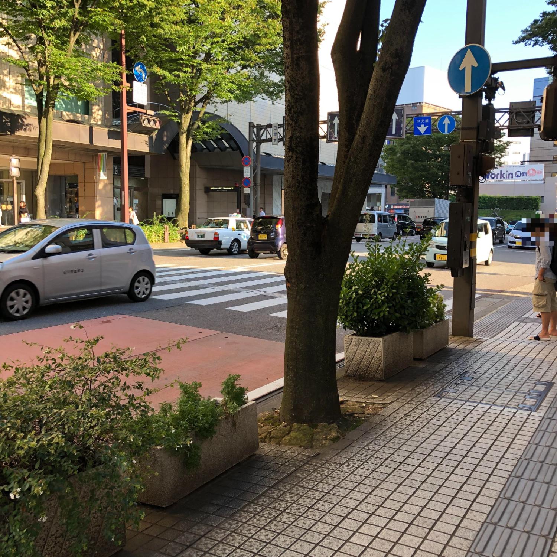 2.バスを降りて左に進み、手前の横断歩道をデパートDAIWAのほうへ渡ります。