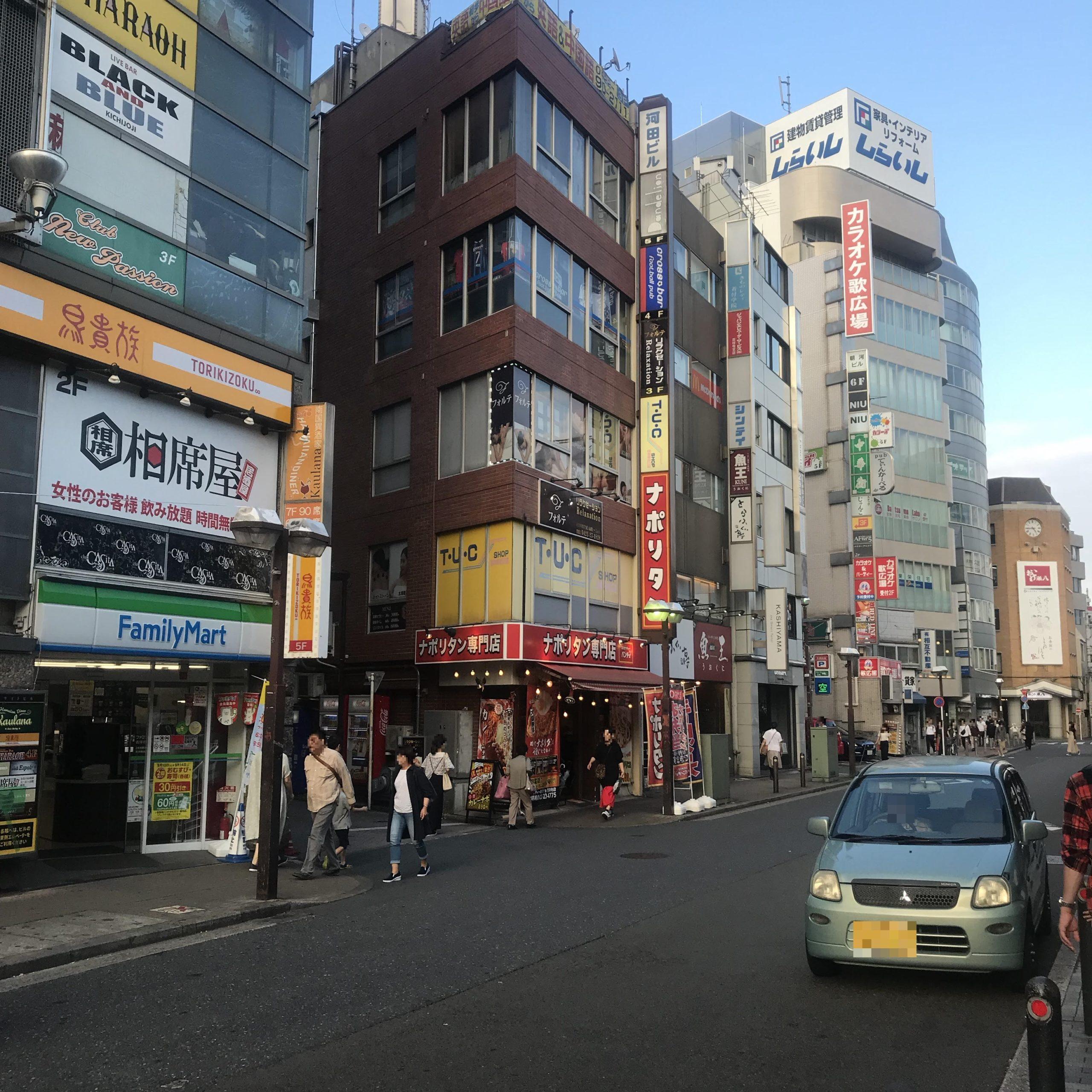 ファミリーマートやナポリタン専門店の前を通ります。