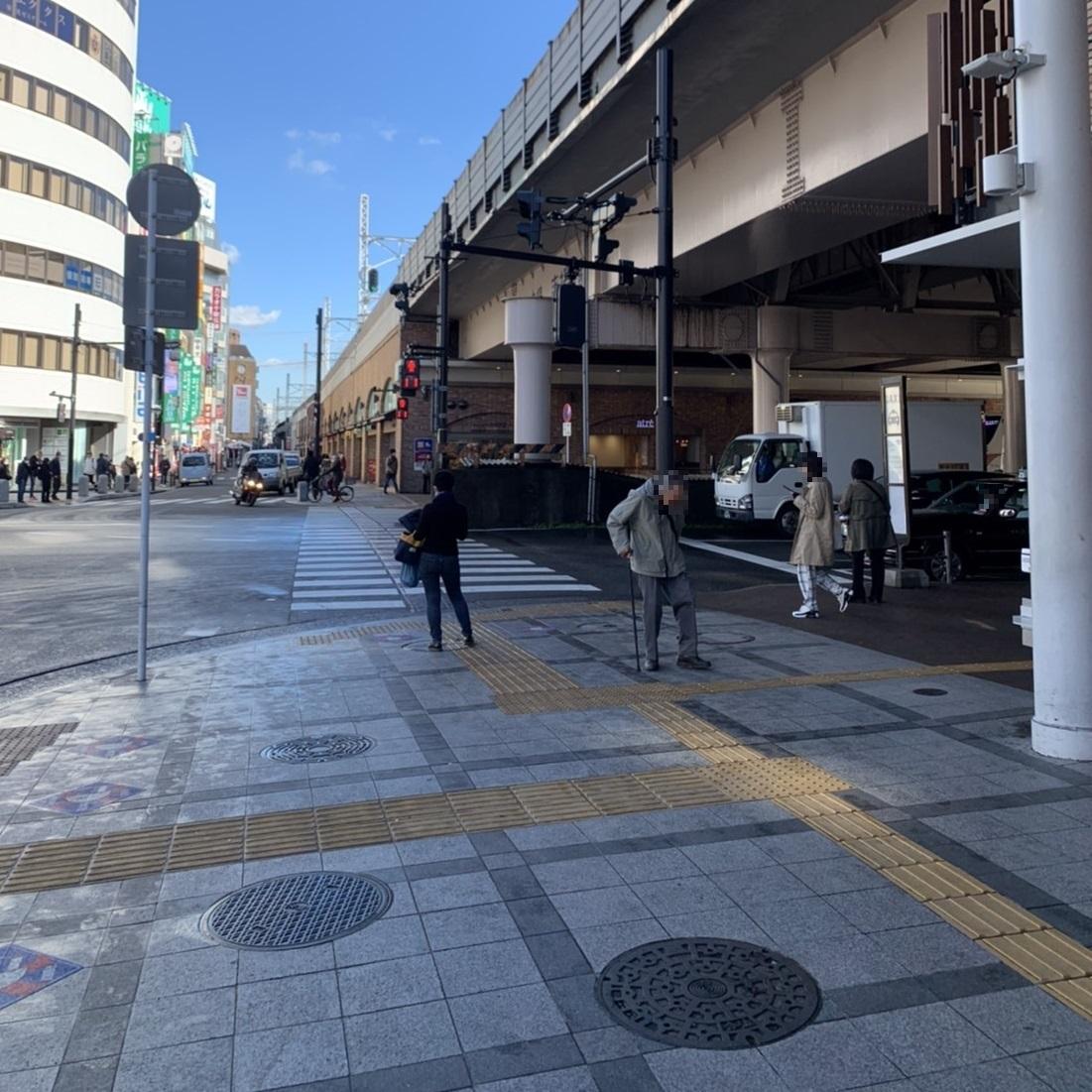 吉祥寺駅東口交番の右手に見て進む