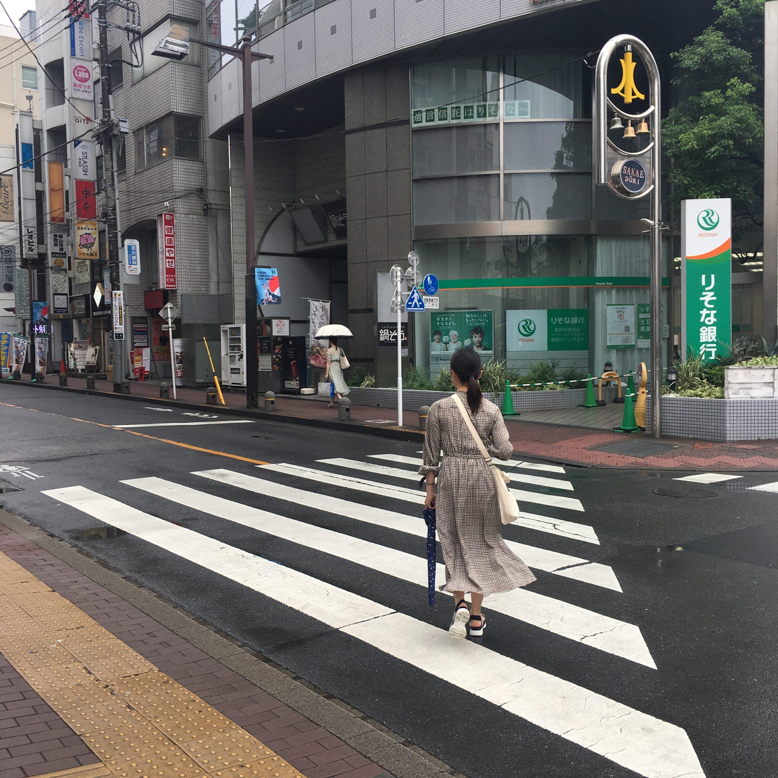 7.横断歩道を渡って左に進んでください。
