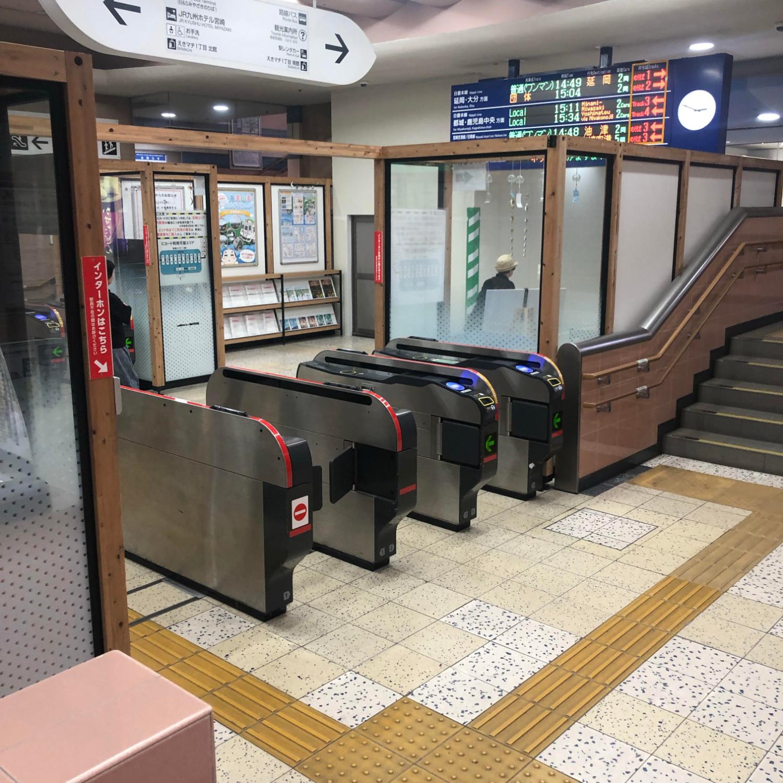 1.宮崎駅で電車を降りて、階段を降りて改札を出ます。