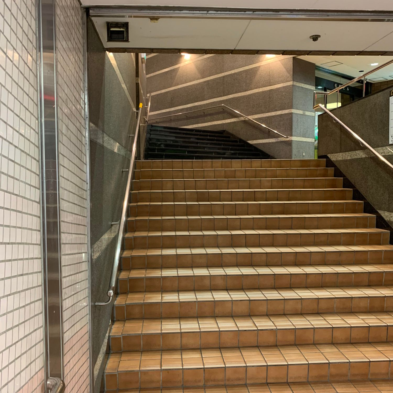 階段を通り東山線1番出口