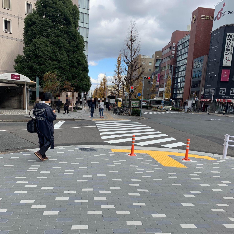 横断歩道を渡り、10mほど歩く