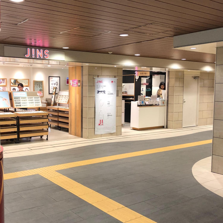 2.階段を上がると左に眼鏡屋さんの『JiNS』がありますので、JiNSの前を通って右手に進みます。