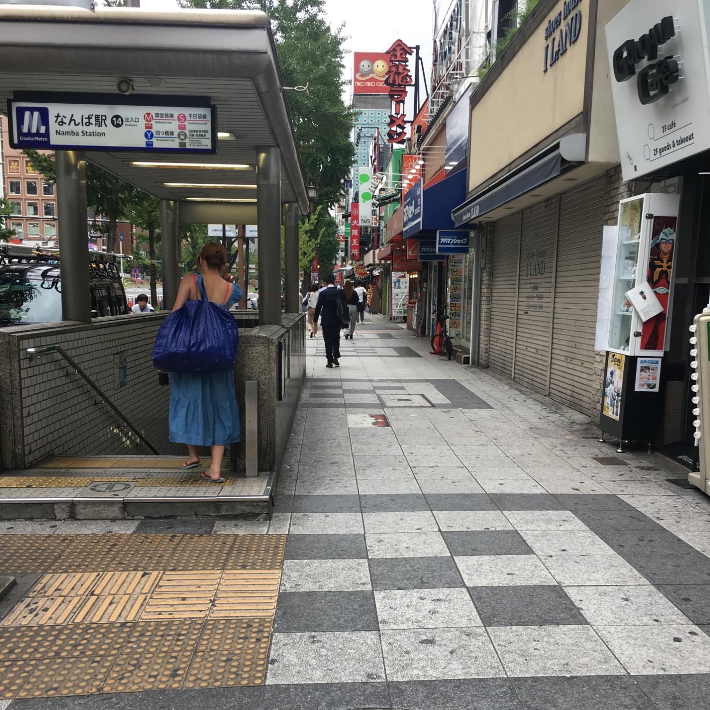 5.地上に出ると、左斜め前にファミリーマートがありますので、ファミリーマートに前を通って御堂筋沿いに進みます。