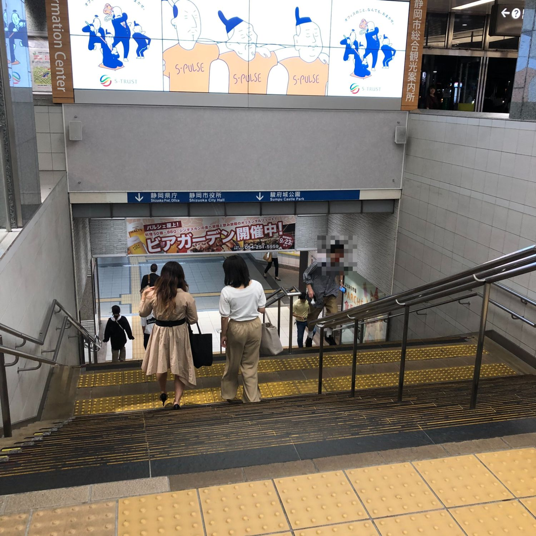 3.地下通路に続く階段を下りてください。