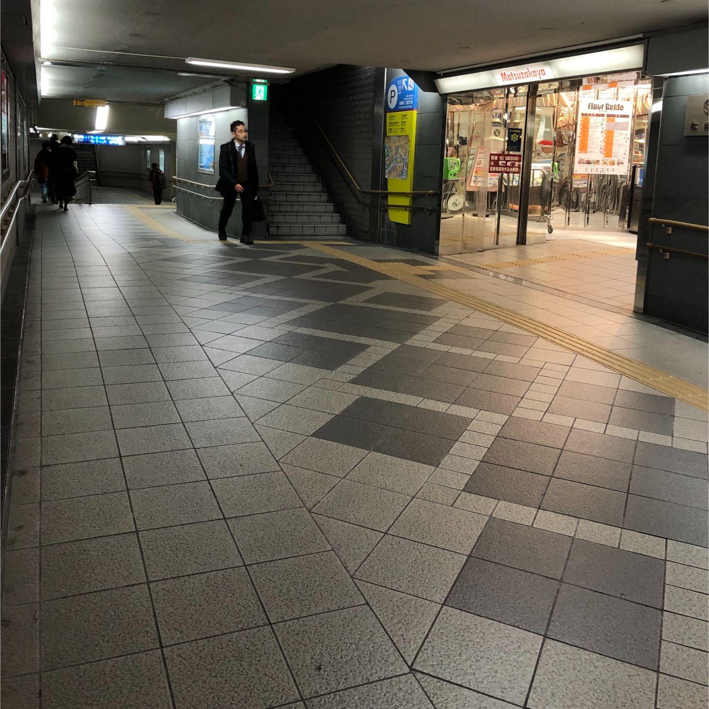 6.松坂屋さん地下入り口が見えたら左方面の階段へ進みます。
