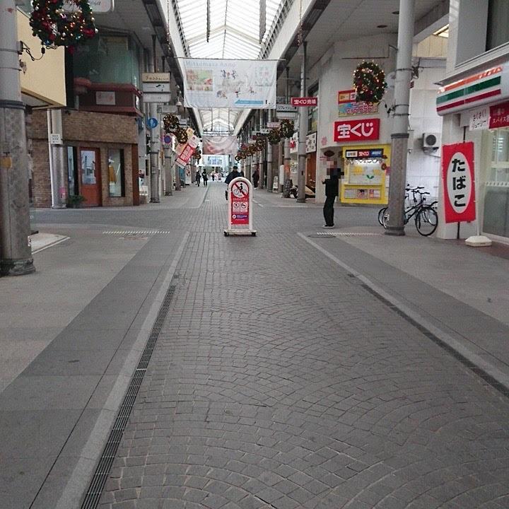 商店街をまっすぐ歩き続けると右側にセブンイレブン