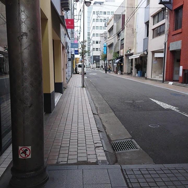 左側に服屋がある交差点に出るので、左に曲がります