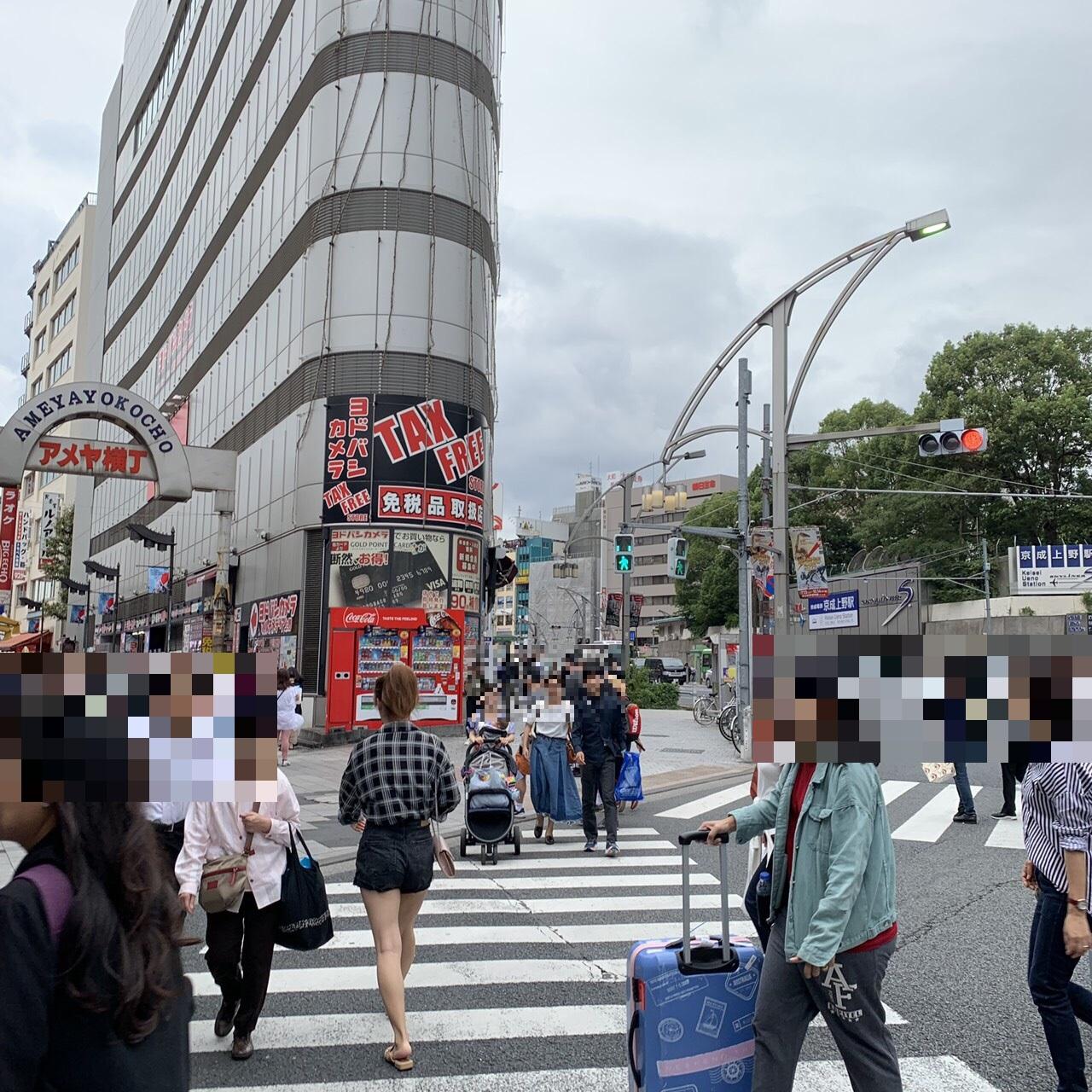 3.そのまま駅を出ると目の前に信号があるので、目の前にあるヨドバシカメラの方へ渡ってください。