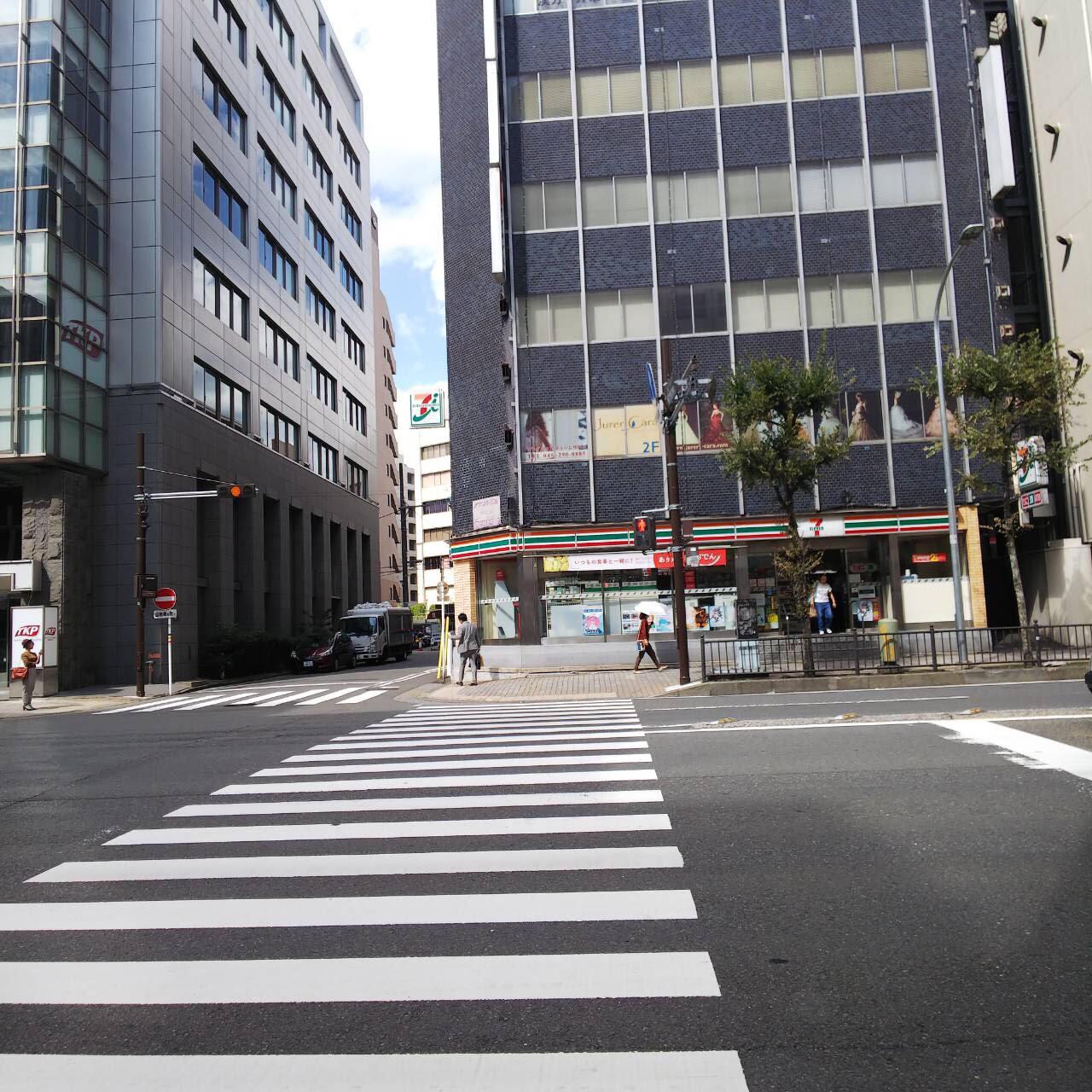 6.反対車線にセブンイレブンが見えてきたら、横断歩道を渡ります。反対車線に渡ったら大通りの道なりに進みます。