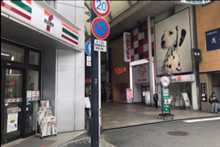 2.左手のセブンイレブン広島本通西店まで進み本通り商店街入り口を左に曲がります。