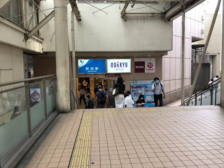 マルイの建物に沿って小田急線町田駅・小田急百貨店へ向かいます