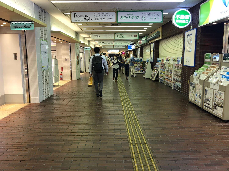 日比谷花壇の前を通り、小田急線東口まで真っすぐ100mほど進みます