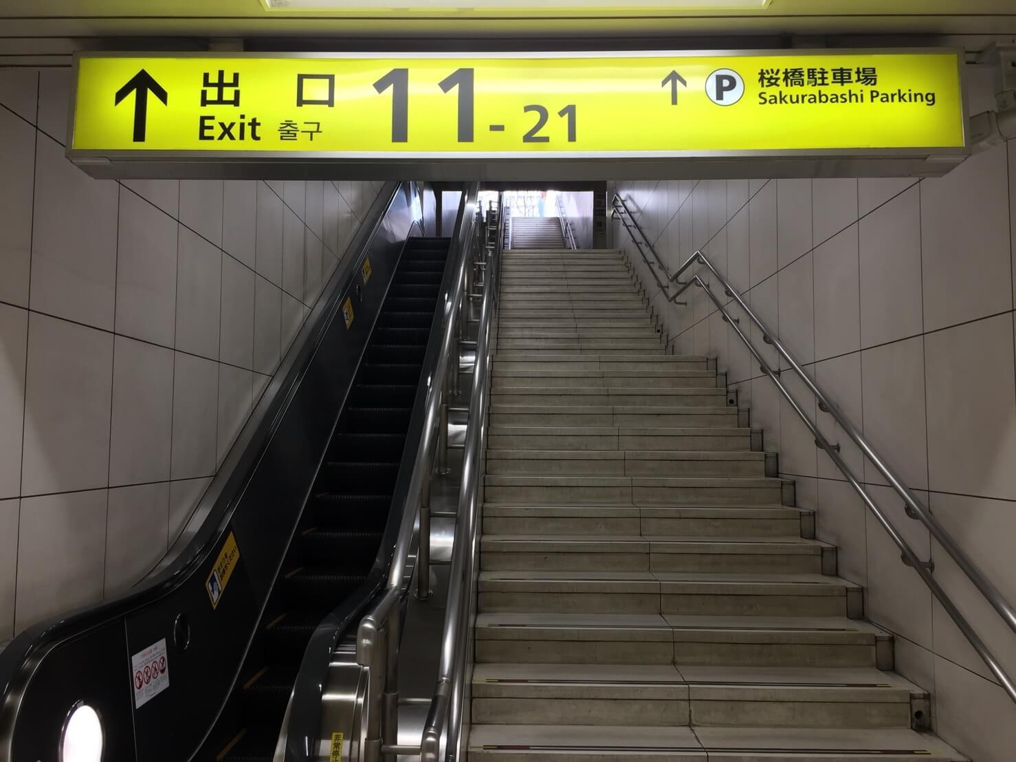 JR北新地駅の出口11−21を出ます。