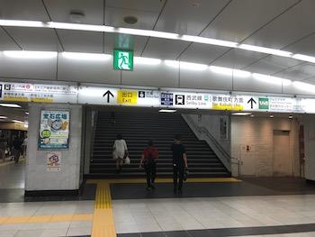 JR新宿駅東口(歌舞伎町方面)を出ます。