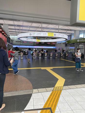 西武新宿駅の正面口(歌舞伎町方面)を出て直進し、階段を下ります。