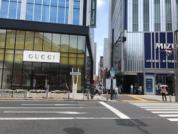 正面にアルタ、洋服の青山新宿東口店が見えるので、横断歩道を渡り、グッチ、みずほ銀行新宿支店の間の道をまっすぐ進みます。