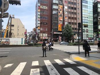 そのまま進むと大きな道路に突き当たるので、横断歩道を渡ります。