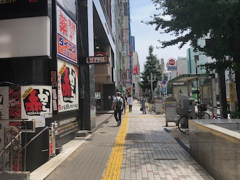 横断歩道を渡り、右に曲がると左側に赤から、バーガーキング新宿靖国通り店が見えるのでそのまま進みます。