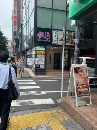 右側にあるセブン銀行を通り過ぎ1階に寿司屋が入っているビルの6階、7階にレジーナクリニック新宿院があります。