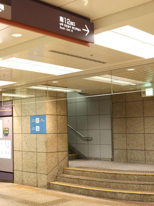 心斎橋駅の北改札口を出ていただき、クリスタ長堀の南12番出口の階段を上がります。 ※北改札口は心斎橋駅で言うと、2番出口方面になります。