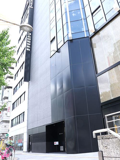 登りきった目の前にある敬和ビル ルフレ21(黒いビル)の5階がレジーナクリニック心斎橋院です。