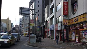 地上へ出て、昭和通りを松屋方面に進みます。少し行くと天神三丁目バス停が見えます。