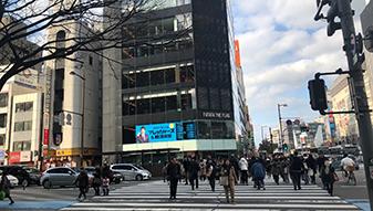 昭和通り(天神橋口交差点)に当たったら、天神フタタビル側に渡り、左に進みます。