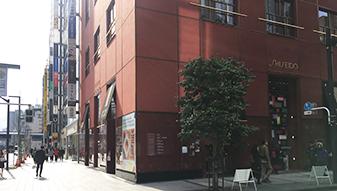 しばらく進むと、赤い建物の資生堂パーラーがございます。その前を通過し直進してください。