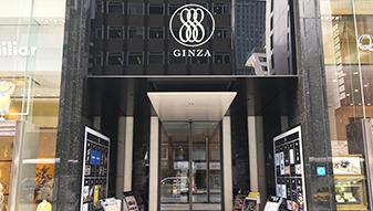 さらに進んで行くと、銀座888ビルに到着します。黒の光沢のある建物です。