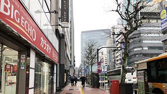 ビッグエコーを左手側に、銀座駅方面に向かって外堀通りを直進してください。