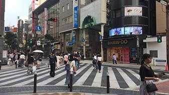 横断歩道を右斜めに渡り、新生銀行の前を通過します