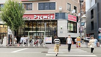 横断歩道渡って正面、2Fにサイゼリヤの入っているビルの6Fがリゼクリニックです