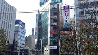 駅の中央口(西口)を背にすると左にタクシー乗り場がありまっすぐ進むと道路を挟んで正面にあるビルにクリニックがあります。(屋上にクリニック名の看板があります)