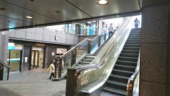 左手にCOCON KARASUMAへの入り口、右手に地上へ出るエスカレーターが見えてまいります。 エスカレーター側より地上へ出て頂きます。