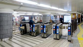 阪急電車 烏丸駅西口改札から出て頂きます。