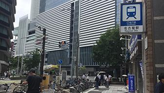 地上へ出てクオール薬局の前を通過し、名駅通りに出ます。