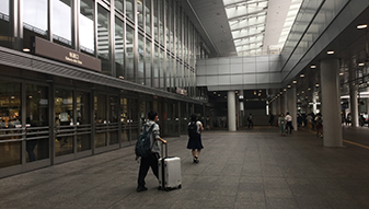 JR名古屋駅の桜通口前を通過し、直進します。