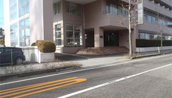 メゾンソレイユ前を左折して駐車場へ。