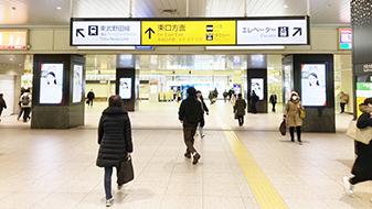 大宮駅西口を出ます。 「ふれあい参加 平和の像」というモニュメント側に進んでください。