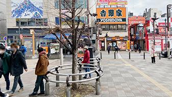 moussy沿いに進むと階段があるので、降りてください。