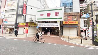 駅を背にして直進すると交差点がありますので、東京スター銀行側に渡ります。