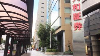 大和証券の前を通過します。
