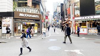 MODIの交差点をMODI側に渡り、左折(坂を上ります)